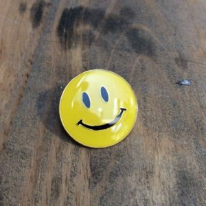 CLASSIC SMILEY FACE ENAMEL PIN 1