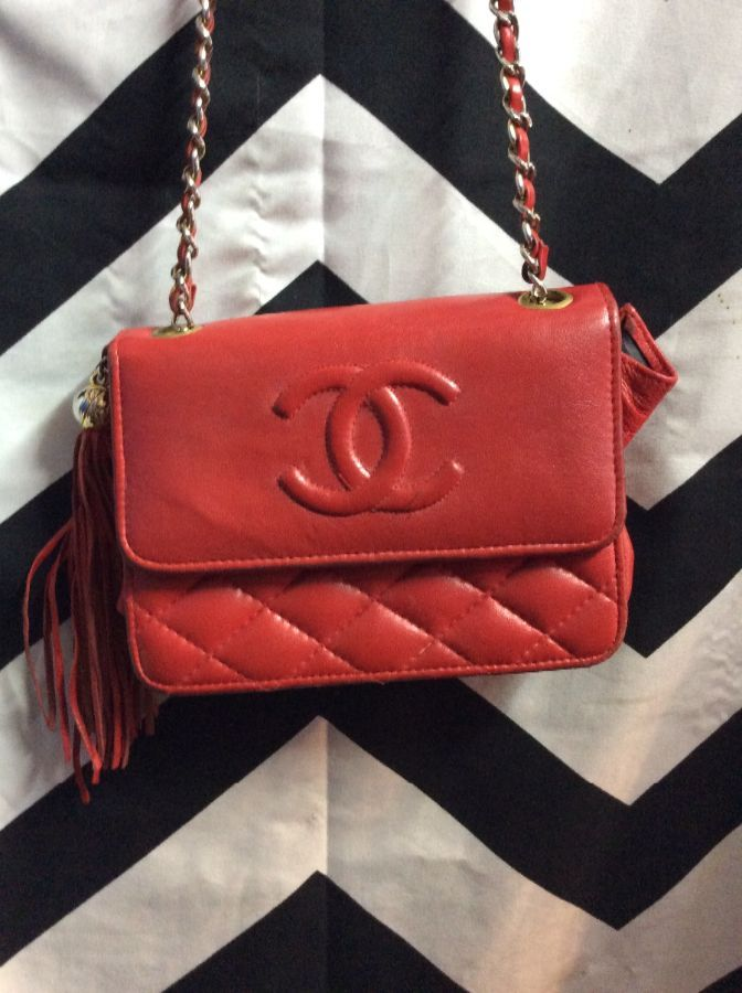 0553625727f1 CHANEL LEATHER SHOULDER BAG W/ METAL CHAIN & TASSEL » Boardwalk Vintage