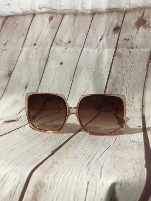 SUNGLASSES W/ LARGE SQUARE FUNKY FRAMES