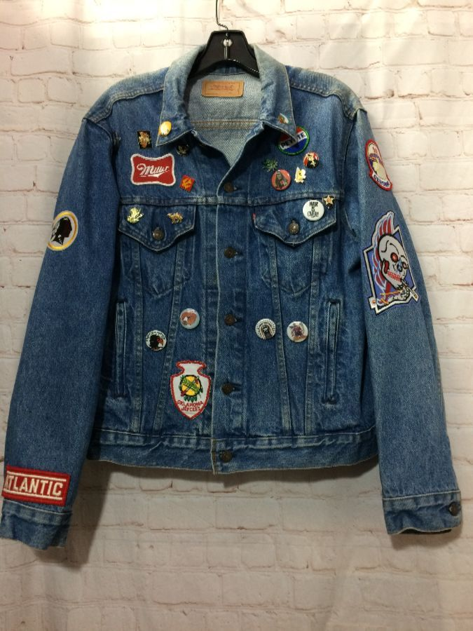 CUSTOM LEVIS DENIM JACKET W/PINS & PATCHES 4 POCKETS