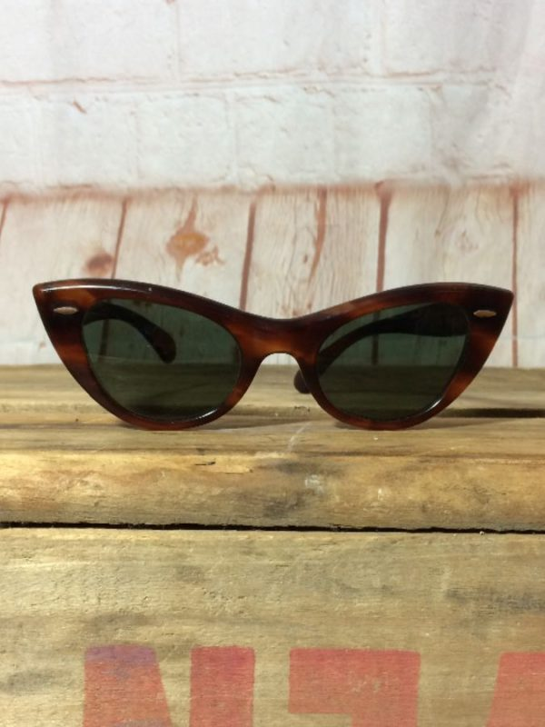 VINTAGE RAY-BAN SUNGLASSES W/ CAT EYE STYLE & TORTOISE SHELL FRAMES