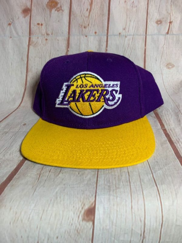 LOS ANGELES LAKERS W/ EMBROIDERED LOGO & SNAP BACK HAT