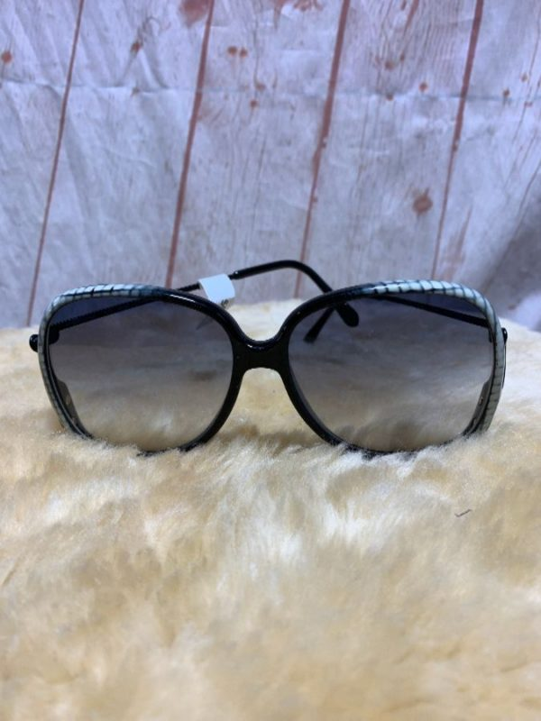 product details: 3-102 OVERSIZED SUNGLASSES SNAKE PRINT, DECORATIVE METAL ARMS photo