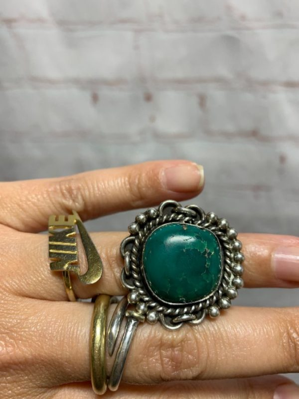 CIRCULAR TURQUOISE STONE IN SILVER LINK DESIGN MOUNTING