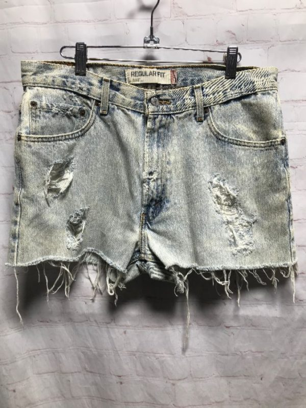 DISTRESSED LIGHT DENIM LEVIS SHORTS