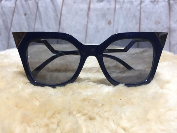 product details: RETRO CAT EYE STYLE SQUARE SHAPED SUNGLASSES W/ GOLD METAL TIPS photo
