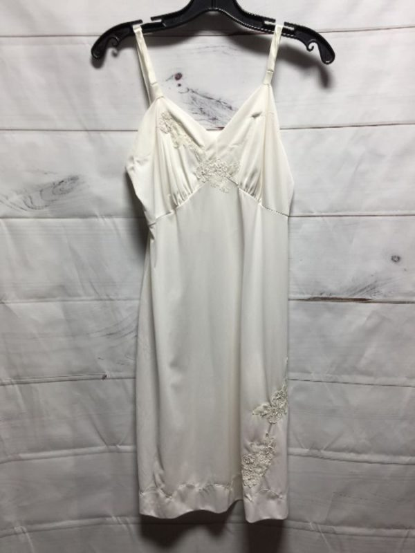 product details: IVORY WHITE NIGHTGOWN EMBROIDERED FLOWER photo