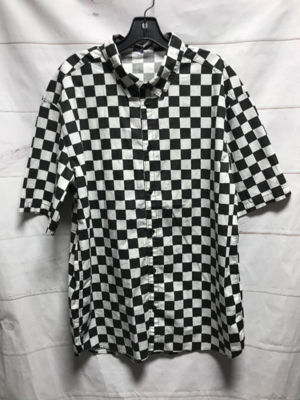 product details: BLACK AND WHITE CHECKERED BUTTON UP SHORT SLEEVE SHIRT photo