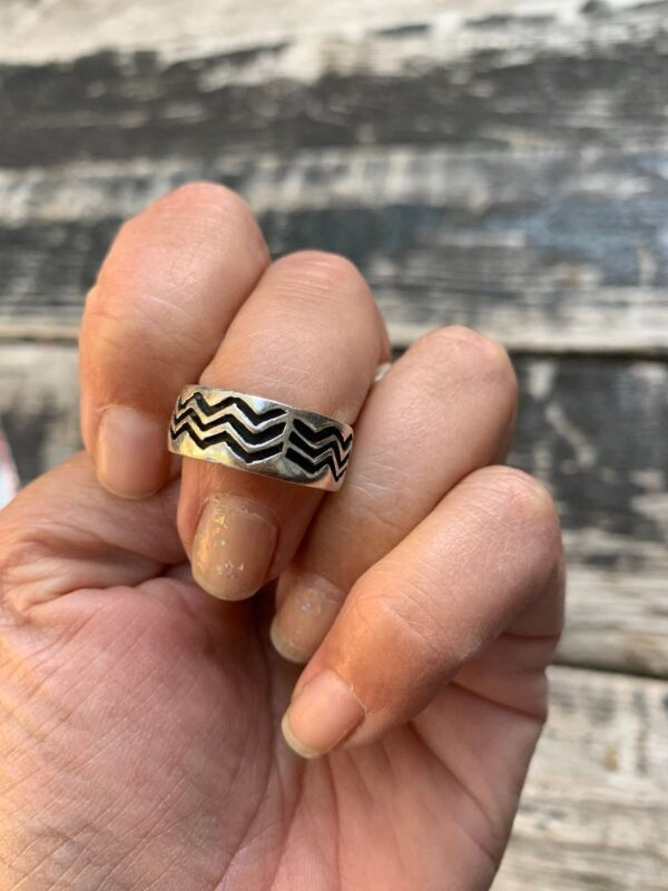 product details: STERLING SILVER RING BAND TRIBAL ZIG ZAG WAVE ENGRAVING photo