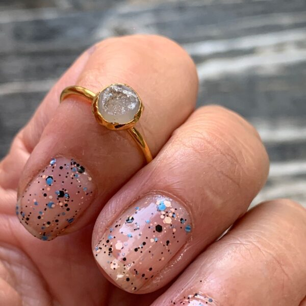 product details: CLEAR- SMALL GOLD PLATED NATURAL CRYSTAL STONE DRUZY QUARTZ MIDI RING SIZE 6 photo