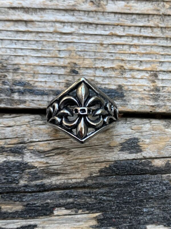 product details: FLEUR-DE-LIS EMBLEM CHUNKY SILVER BIKER RING photo