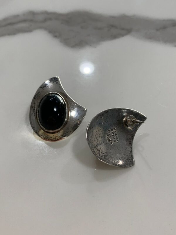 product details: BLACK OVAL ONYX STONE MOON CREST SHAPE POST EARRINGS MADE IN MEXICO photo