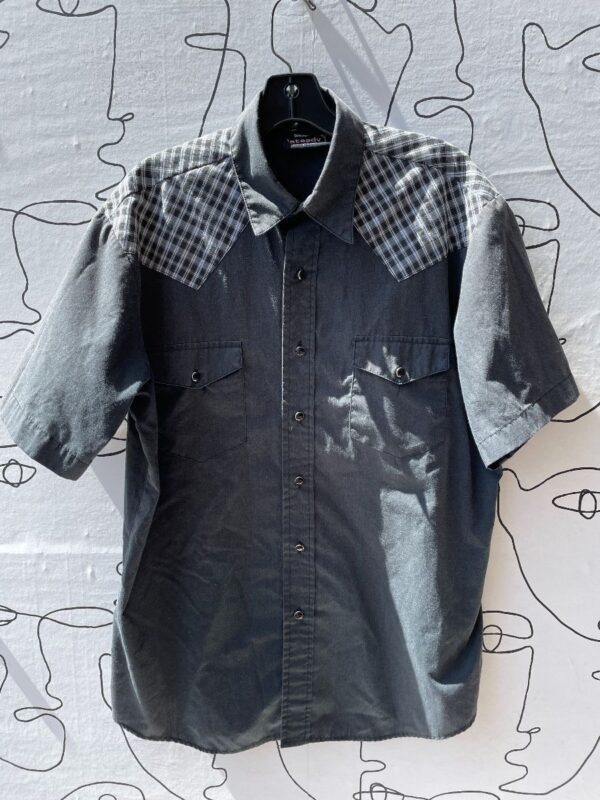 product details: SHORT SLEEVE WESTERN STYLE BUTTON DOWN WITH PLAID PRINT DETAIL photo